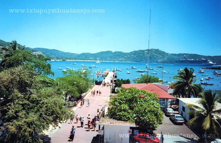 muelle-zihuatanejo-embarcaciones-playa-principal