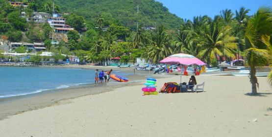 Playa Principal de Zihuatanejo es declarada apta para uso recreativo